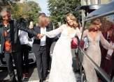 مرشّحة رئاسية تحتفل بزفافها في سيارة لدفن الموتى!