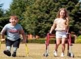 طفل قطع10 كيلومترعلى ساقيه الاصطناعيتينلجمع مليون جنيه!