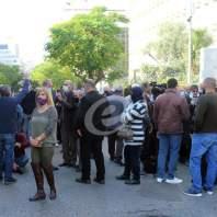 اعتصام امام مصرف لبنان وقطع طرق في بيروت