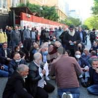 اعتصام لأولياء الطلاب اللبنانيين في الجامعات الأجنبية امام مصرف لبنان - محمد عمر