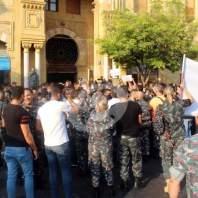 وقفة احتجاجية لفوج إطفاء بيروت أمام مبنى البلدية - محمد عمر