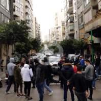 اعتصامات وقطع طرقات في بيروت احتجاجا على الإغلاق والأوضاع الاقتصادية - محمد عمر