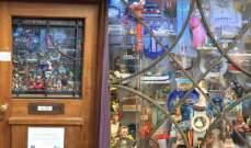 أصغر متحف في العالم... موجود في نافذة باب منزل!