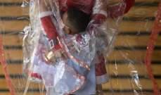 """ماما نويل تقوم بحيلة غريبة لتوزيع الهدايا في زمن """"كورونا"""""""