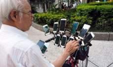 """رجل مسن يستخدم 11 هاتفا ذكيا على دراجته للعب """"بوكيمون غو"""""""
