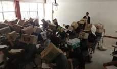 معلّم يغطي رؤوس الطلاب بصناديق كرتونية لمنعهم من الغش!