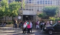 """صيدا.. متظاهرون يقفلون المدخل الرئيسي لمبنى """"كهرباء لبنان"""""""