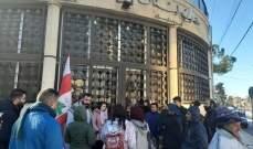 """محتجون يعتصمون أمام """"مصرف لبنان"""" في بعلبك"""