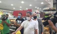 وزير الاقتصاد يداهم محلاً يقوم بتخزين مواد غذائية مدعومة في عرمون