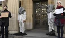 """ناشطون يلقون فحما داخل """"يو بي إس"""" السويسري: نعيد لهم ما مولوا استخراجه"""