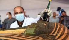 وزير السياحة المصري يفتح تابوتاً فرعونياً أمام جمع من السفراء والإعلاميين