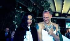 بالصور: أغرب زفاف على الإطلاق... العريس بالفستان الأبيض والعروس بالبدلة!