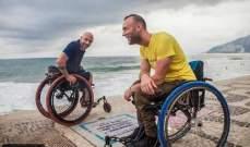 بالصور: صديقان منذ 20 عاما... تسلقا الجبال على الكرسي المتحرك!