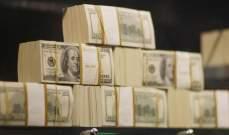 الدولار يقبع قرب أقل مستوى في عامين ونصف