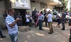 احتجاج أمام مؤسسة الكهرباء في الصيفي وإقفال المبنى في حلبا
