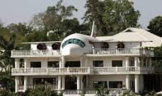 على مدى20 عاماً...بنى منزلا لزوجته على شكل طائرة!