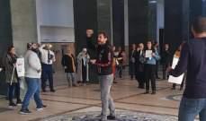 بالفيديو...شبّان يتحرّكون بشكل مفاجئ داخل قصر العدل ويتلون بياناً بمطالبهم