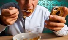 دراسة:الأشخاص الذين يستخدمون هواتفهم أثناء تناول الطعام لا يستمتعون بحياتهم