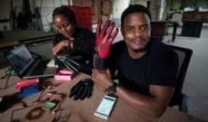شاب كيني يبتكر قفازات ذكية تحول حركات لغة الإشارة إلى خطاب صوتي