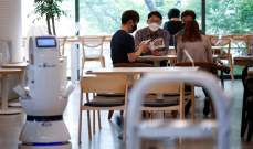 روبوت للحفاظ على التباعد الاجتماعي في مقهى في كوريا الجنوبية