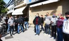 أصحاب المحال التجارية في مدينة صور يحتجون على قرار الإغلاق