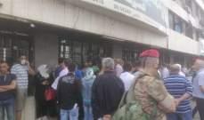 مشهد إزدحام المواطنين أمام محلات الصيرفة مستمر