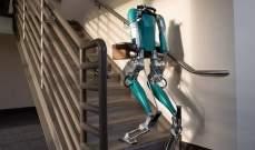 الكشف عن روبوت توصيل يسير على قدمين ويحمل الطرود لباب البيت