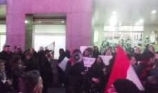 محتجون أمام السفارة السويسرية للمطالبة بفتح ملفات السياسيين
