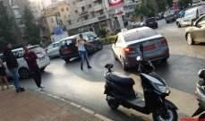 سائقو السيارات العمومية في صيدا يقطعون دوار مرجان بسياراتهم