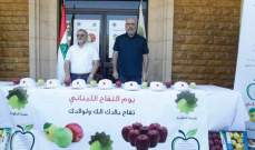 بلدية الدكوانة وزعت 2 طن من التفاح على الأهالي والمارة بساحة البلدة