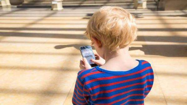 البث المباشر خطر يهدد الأطفال ويعرضهم للابتزاز