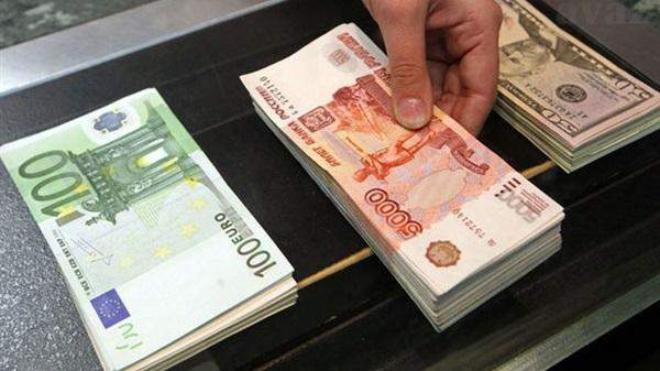 ارتفاع الروبل الروسي مقابل الدولار رغم التوعّد بالعقوبات