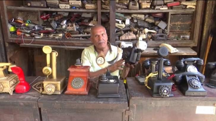 مصري يجمع الهواتف القديمة ولا يستخدم المحمول أبداً!