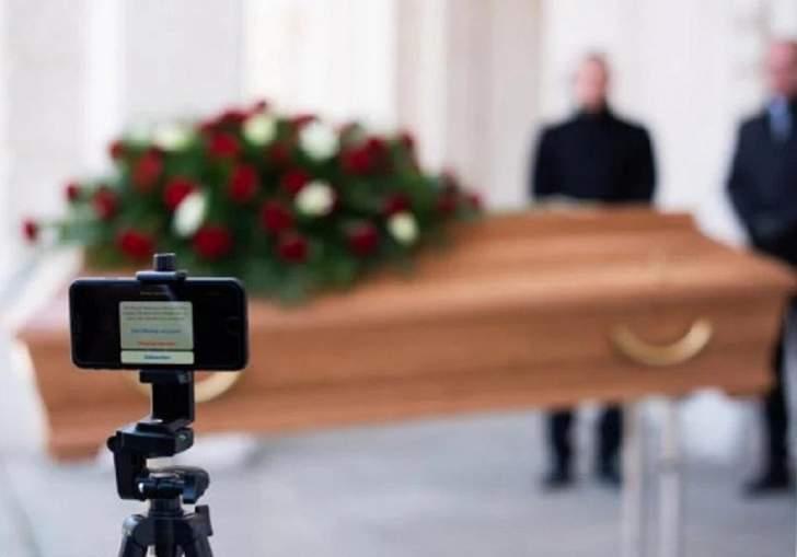 """جنازة عبر """"زوم"""" في إيطاليا"""