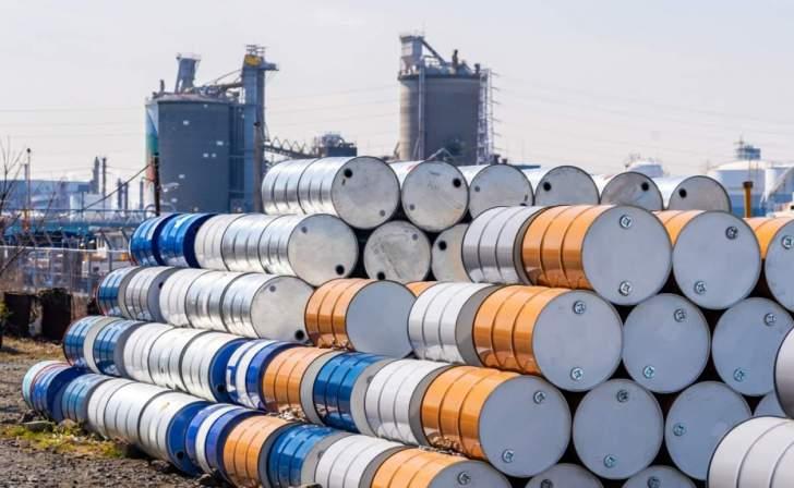 """أسعار النفط تتراجع.. وخام """"برنت"""" يحافظ على مستوى أعلى من 45 دولاراً للبرميل"""
