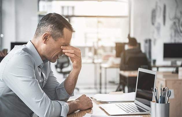 الموظفونالذين يقضون ساعات طويلة يحدقون في الكمبيوتر يسببون ضرراً لعيونهم
