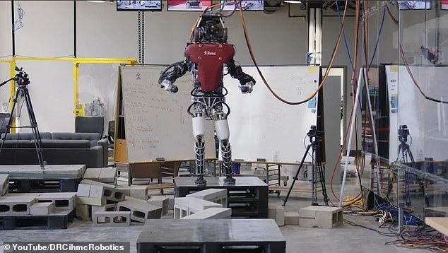 بالصور:روبوت جديد يشبه الإنسان ويتعلم المشيمثله عبر التضاريس