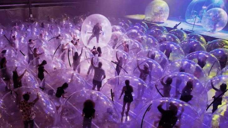 """في زمن """"كورونا""""… بالونات هوائية في الحفلات الموسيقية!"""