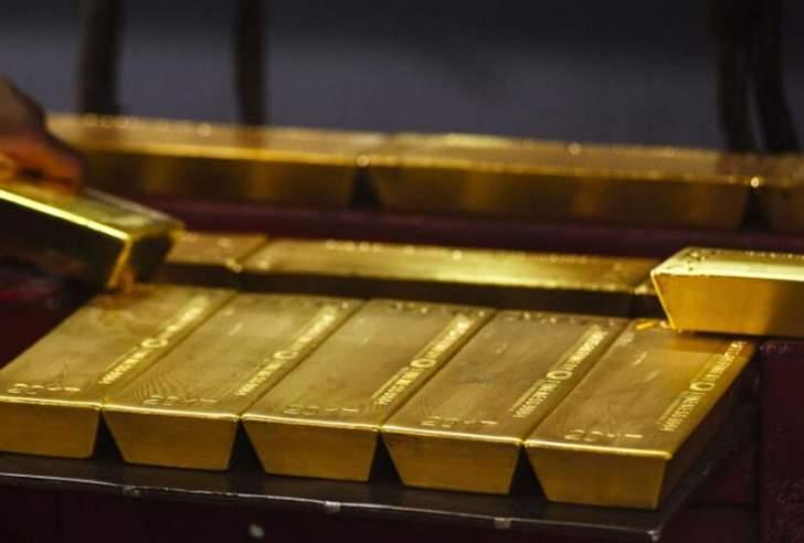 الذهب يبدأ تداولات الأسبوع على تراجع مع صعود عائدات السندات والدولار