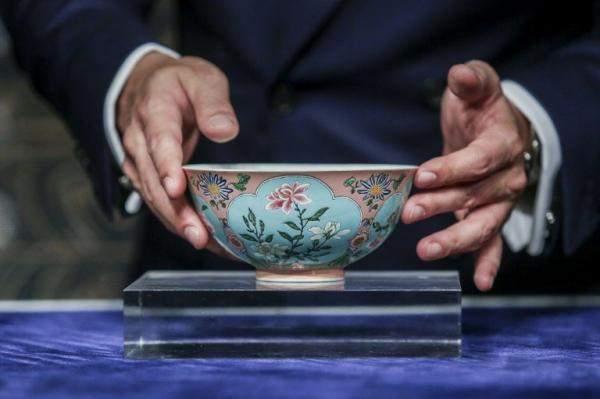 بيع طبق فخار صيني بعد 5 دقائق من طرحه في المزاد بـ 30 مليون دولار