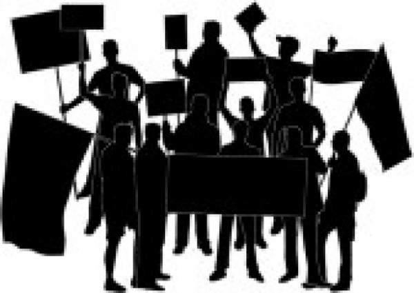 اعتصام لرابطة مدربي كلية الصحة امام مبنى الكلية في الفنار
