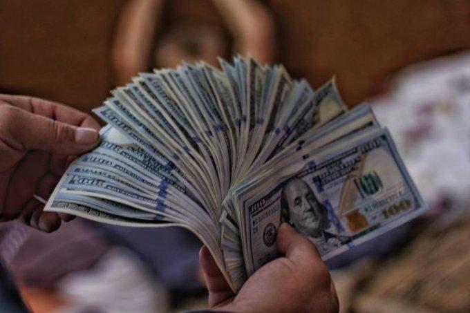 الدولار الأميركي يواصل خسائره بعد بيانات النشاط الصناعي
