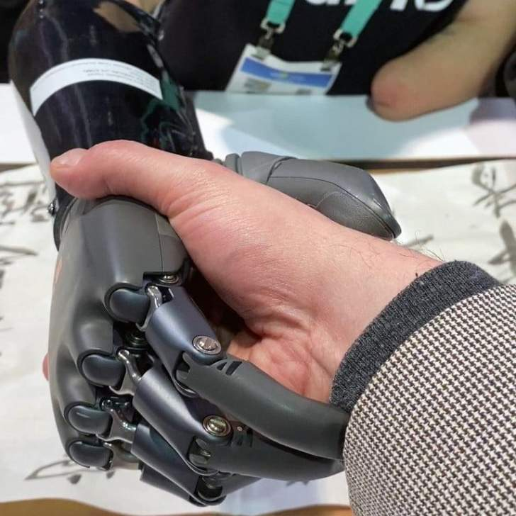 الكشف عن يد اصطناعية نابضة بالحياة مدعومة بالذكاء الاصطناعي