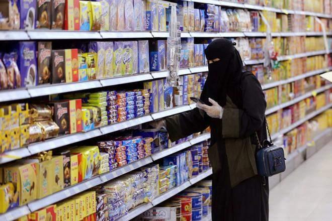 قبل زيادة ضريبة القيمة المضافة.. السعوديون يهرعون لتخزين السلع