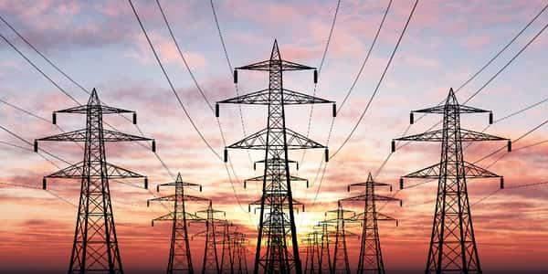 قطع الكهرباء عن مئات الآلاف من المنازل والشركات في كاليفورنيا تجنباً للحرائق