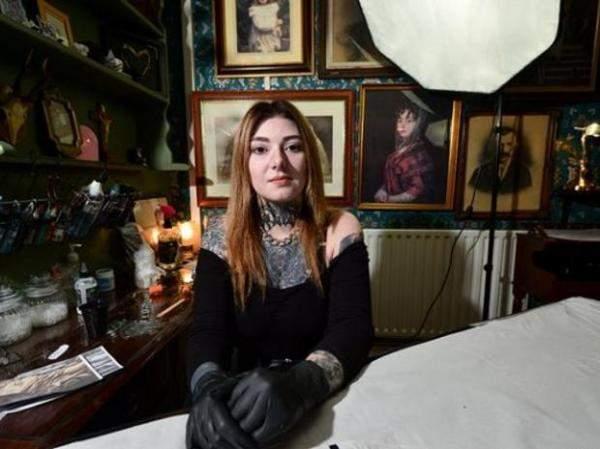 بالصور: بريطانية ترسم وشماً على وجهها لتحصل على وظيفة أحلامها!
