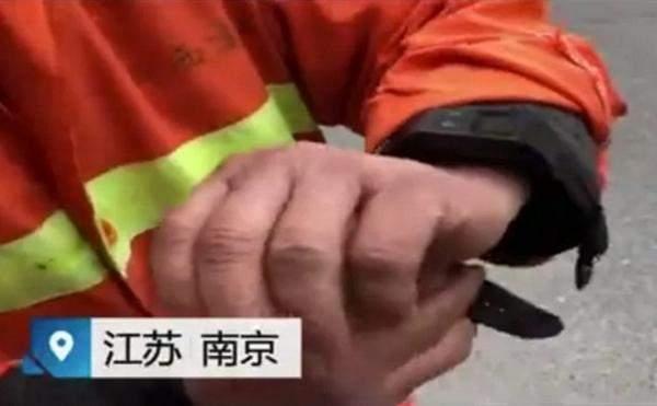 شركة صينية تفرض على عمال الصرف الصحيارتداء أساور ذكية لمراقبتهم