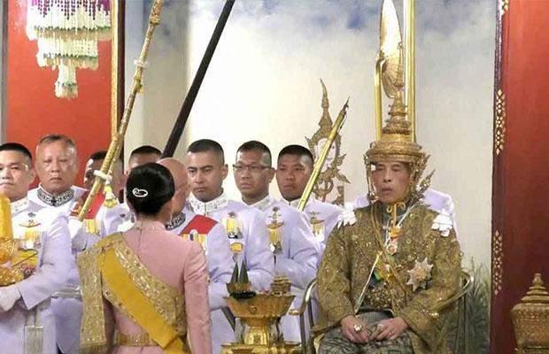 مراسم تتويج ملك تايلاند بتاج يزن 7 كيلوغرام من الذهب ومرصع بالألماس!