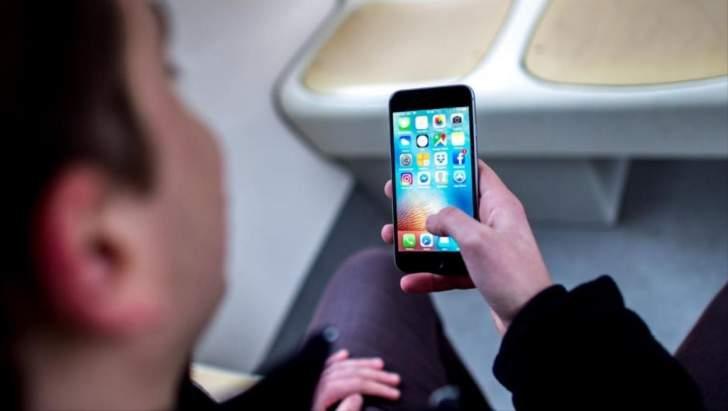 إيطاليا تريد علاج المراهقين من إدمان الهاتف مثل مدمني المخدرات