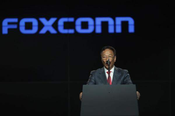 """مؤسس """"فوكسكون"""" يتخلى عن منصبه بعد 45 عاماً من الخدمة"""